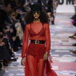 Vestido con vuelos rojo transparente  de Dior otoño/invierno 2018/2019 en la Paris Fashion Week