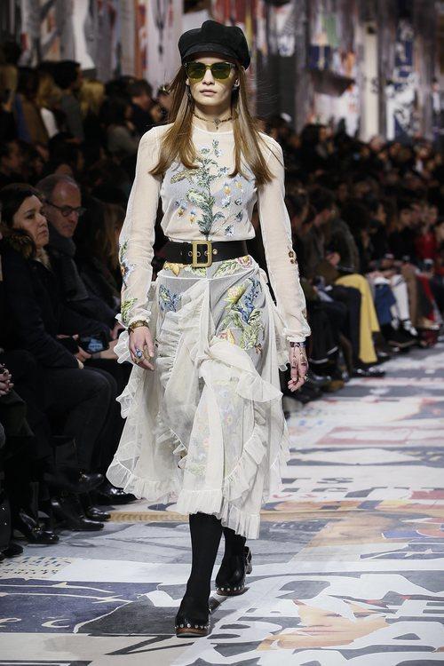 Vestido transparente blanco con estampados florales  de Dior otoño/invierno 2018/2019 en la Paris Fashion Week