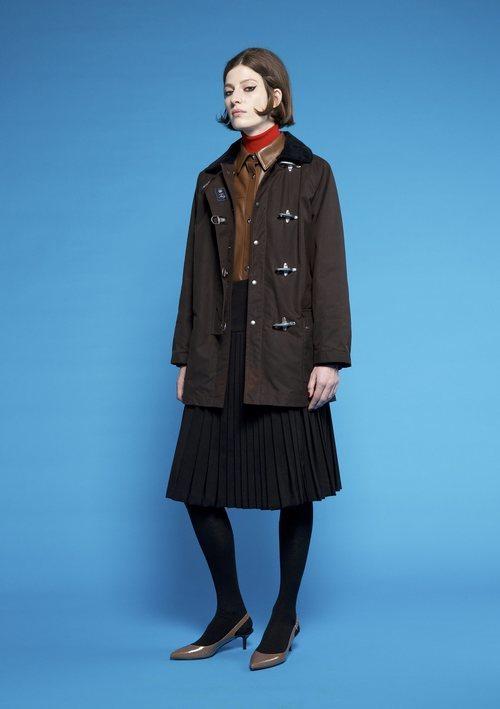 Abrigo negro con cuatro broches  de Fay para  el otoño/invierno 2018
