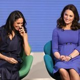 Meghan Markle y Kate Middleton vestidas de azul en el I Forum de la Royal Fundation