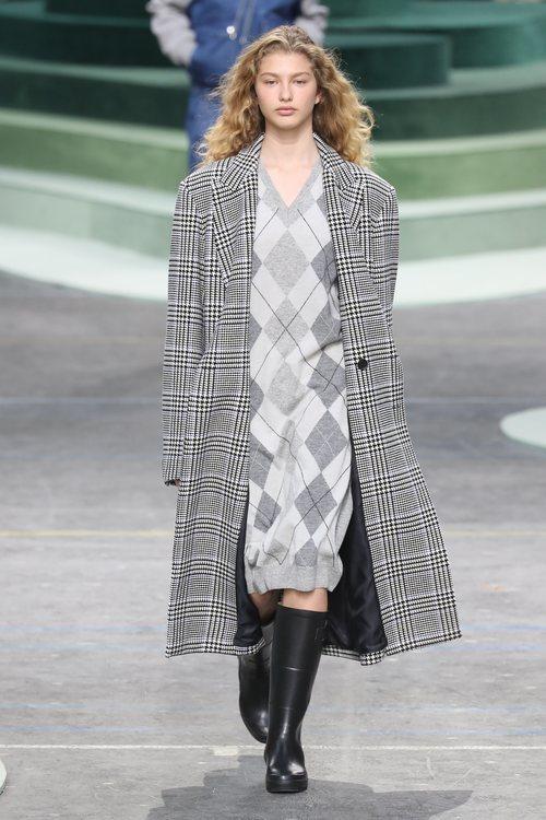 Chaqueta estructurada larga de cuadros escoceses de Lacoste otoño/invierno 2018/2019 en la Paris Fashion Week