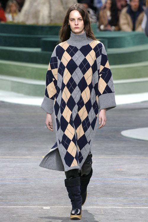 Vestido gris de cuadros azules y amarillos de Lacoste otoño/invierno 2018/2019 en la Paris Fashion Week