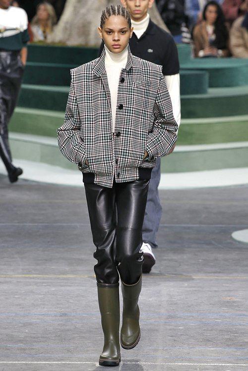 Chaqueta de cuadros escoceses y botas verde militar de Lacoste otoño/invierno 2018/2019 en la Paris Fashion Week