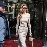 Gigi Hadid con un traje en palabra de honor nude en Paris