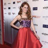 María Castro con un vestido de color rojo, morado y naranja en los Premios Fotogramas 2017