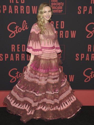Isabella Boylston con un traje rosa que mezcla bordados en el estreno de 'Red Sparrow'