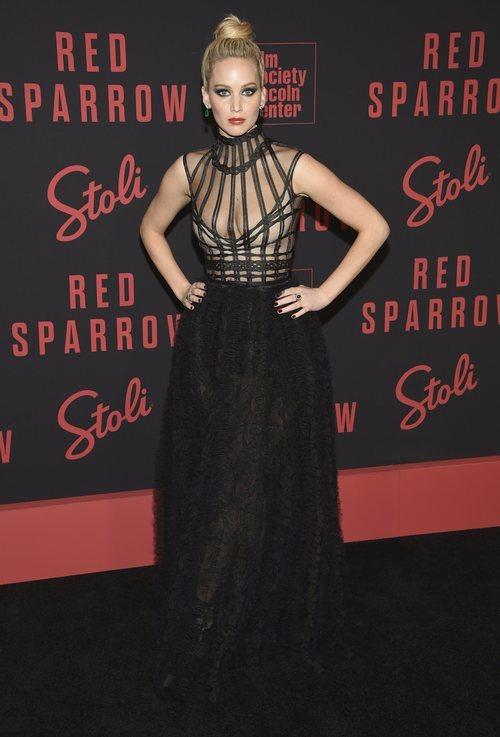 Jennifer Lawrence con un vestido negro de transparencias en el estreno de 'Red Sparrow'