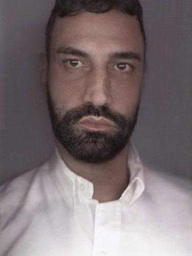 Riccardo Tisci con una camisa blanca anunciado por Instagram que es el nuevo director creativo de Burberry 2018