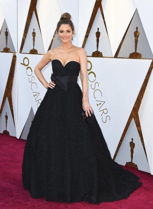 Maria Menounos con un vestido negro en la alfombra roja de los Premios Oscar 2018
