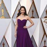 Ashley Judd con un vestido color berenjena en la alfombra roja de los Premios Oscar 2018
