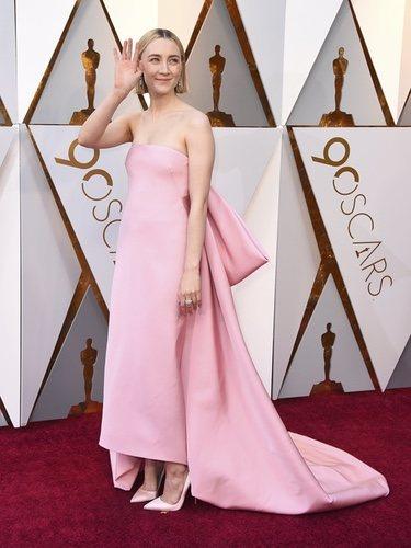 Saoirse Ronan con un vestido rosa cuarzo en la alfombra roja de los Premios Oscar 2018