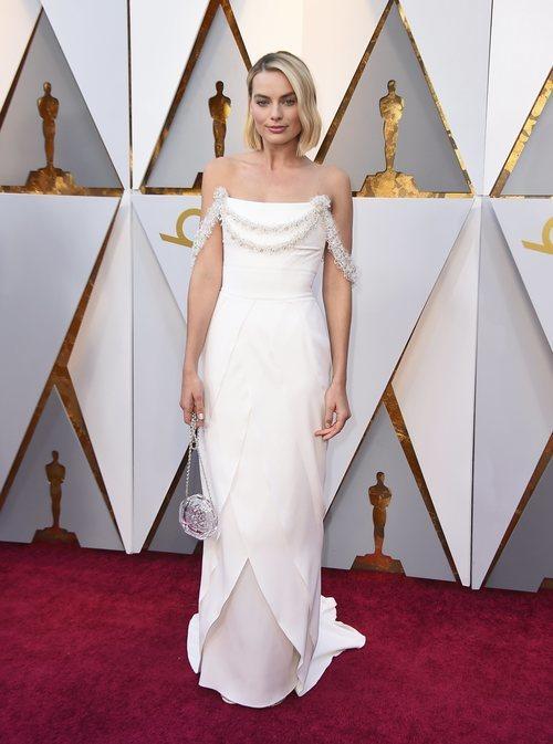 Margot Robbie con un vestido blanco en la alfombra roja de los Premios Oscar 2018