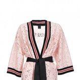 Kimono midi de encaje floral rosa de la nueva colección de Pinko de kimonos