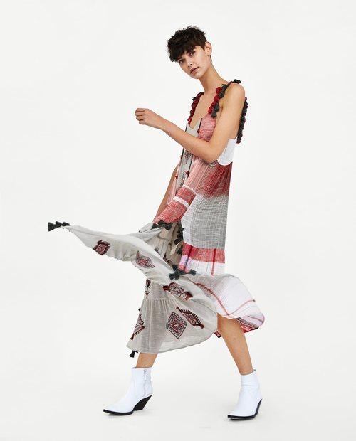 Vestido largo con estampado étnico en color rojo gris y blanco de la Nueva Colección de Zara