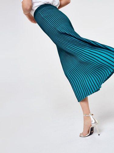 3d57b08fca Falda plisada bicolor en color azul y negra por encima del tobillo de la  Nueva Colección