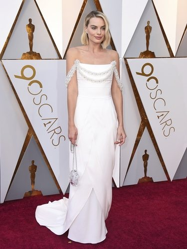 Margot Robbie con un traje blanco de Chanel en los Oscar 2018