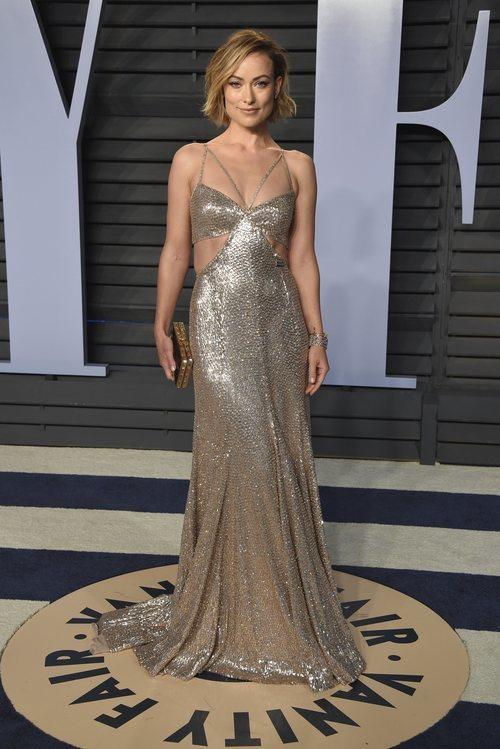 Olivia Wilde con un traje dorado con cut out en los laterales de Roberto Cavalli en la Fiesta de Vanity Fair