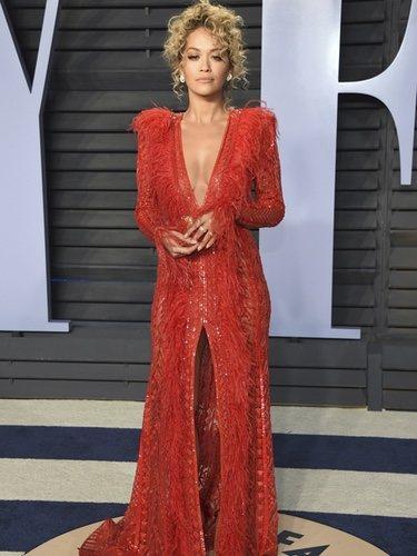 Rita Ora con un traje rojo con plumas de Zuhair Murad en la Fiesta de Vanity Fair
