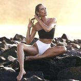 Bikini con top ancho negro y braguitas blancas de la la nueva línea de bikinis TropicfC