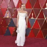 Margot Robbie con un vestido blanco en los Oscar 2018