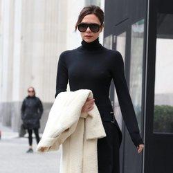 Victoria Beckham con un look negro y abrigo blanco por las calles de Nueva York 2018