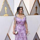 Salma Hayek con un traje lila de volantes en los Premios Oscar 2018