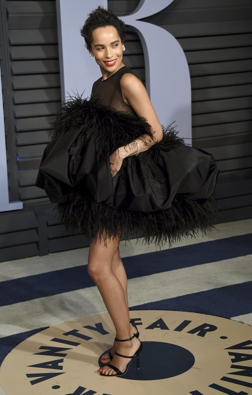 Zoë Kravitz con un traje pomposo negro de plumas en las Fiesta de Vanity Fair