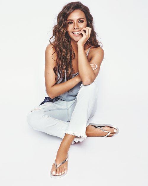 Cristina Pedroche en la Nueva Colección Ipanema 2018 con una sandalias blancas