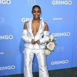Nafessa Williams con un traje estampado con rayos azules en la premiere de 'Gringo'