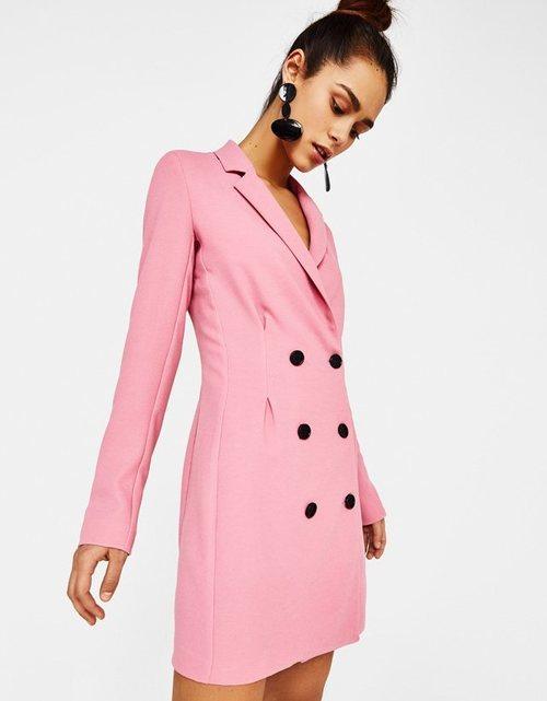 Chaqueta estructurada rosa con los botones negros de Bershka para la primavera/verano 2018