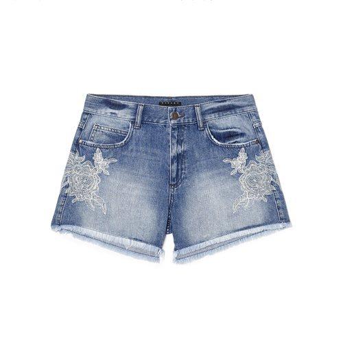 Pantalón corto vaquero con flecos de la nueva colección Primavera/Verano 2018 de Sisley