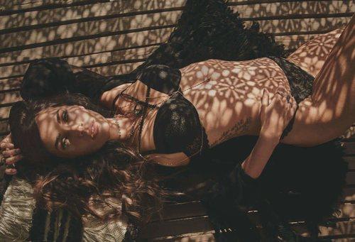 Megan Fox con un sujetador con dos tiras en el pecho a juego con el tanga de encaje de la nueva colección primavera de Frederick's