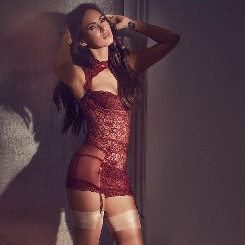Megan Fox con un corpiño rojo de encaje de la nueva colección primavera de Frederick's