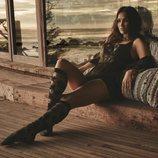 Megan Fox con un corpño en color negro y gasa de la nueva colección primavera de Frederick's