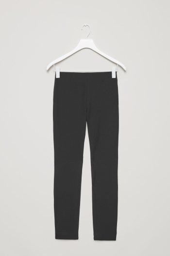 Pantalón básico negro de la nueva colección atemporal de Cos 2018