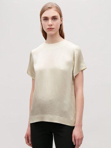 Blusa en color champán de mujer de la nueva colección atemporal de Cos 2018