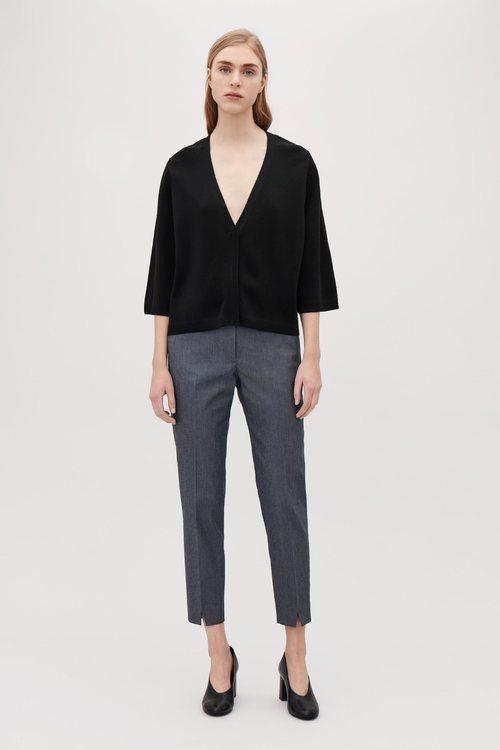 Blusa negra con escote en pico de la nueva colección atemporal de Cos 2018