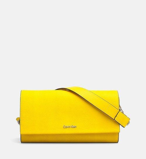Bolso amarillo con el logo de Calvin Klein de la Nueva colección de accesorios de Calvin Klein de Primavera/Verano 2018