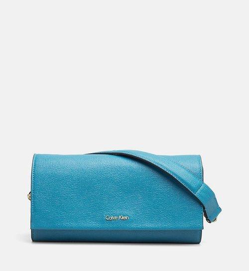Bolso azul con el logo de Calvin Klein de la Nueva Colección de accesorios Primavera/Verano 2018