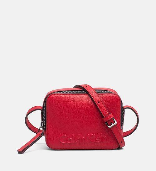 Bolso rojo con el logo de la firma en la parte delantera de la nueva colección Primavera/Verano de Calvin Klein 2018