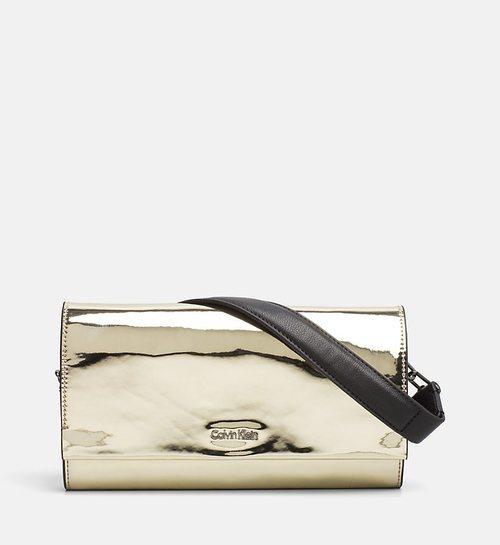 Bolso dorado con la tira negra de la nueva colección Primavera/Verano 2018 de Calvin Klein