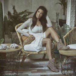 Pilar Rubio posa con una botas marrones de pedrería para Alma en Pena primavera/verano 2018