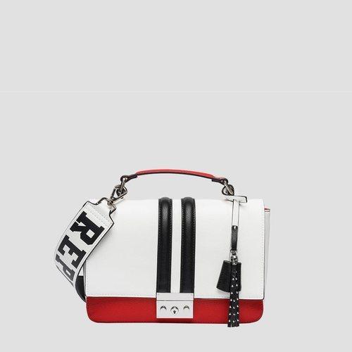 Bolso blanco con detalles rojos y negros de la nueva colección primavera/verano 2018 de la firma Replay