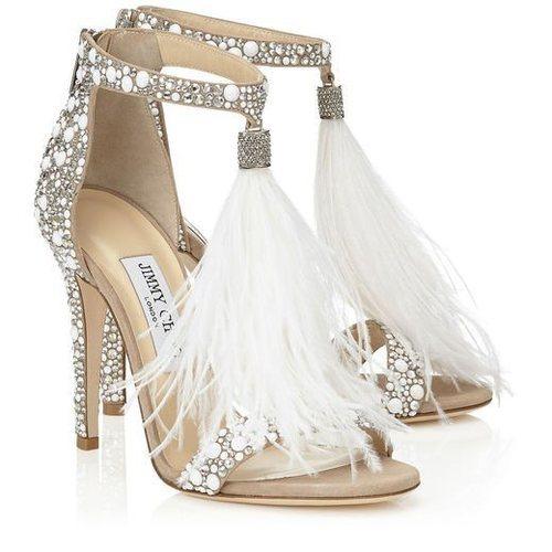 Sandalias con pedrería incrustada y plumas blancas