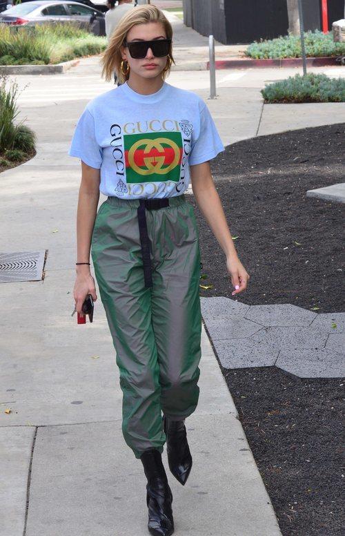 Hailey Baldwin con una camiseta de Gucci blanca y un pantalón de chándal por West Hollywood 2018