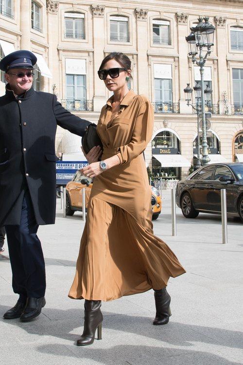 Victoria Beckham con una falda midi y camisa camel en Paris 2018