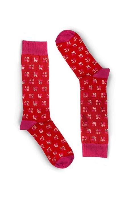 Calcetines rojos con el estampado de la palabra amor  de la firma Naïve 2018