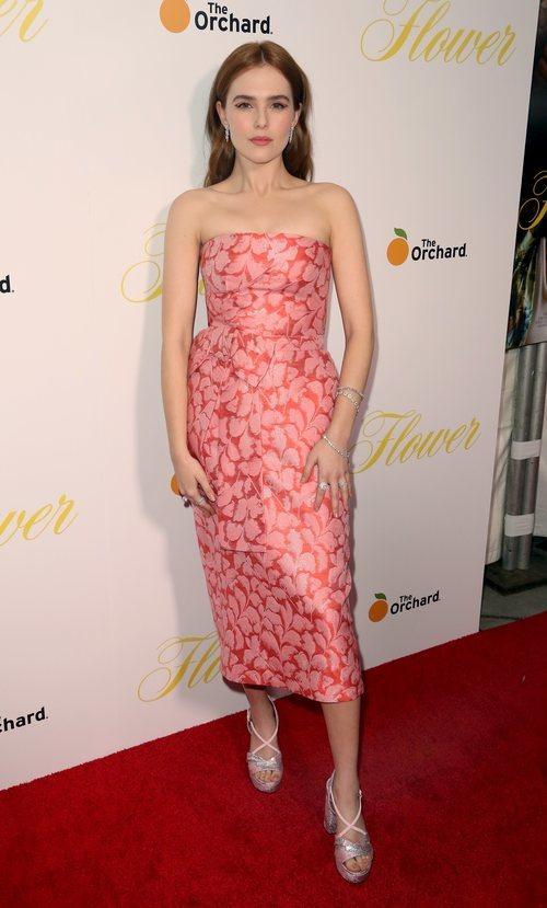 Zoey Deutch con un vestido midi con estampado en color salmón en la premiere de