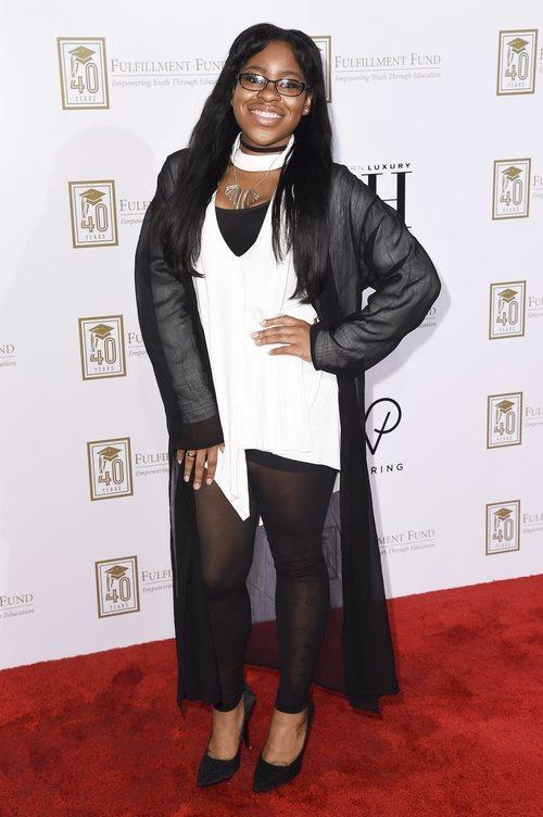 Carla Jeffery con un jersey blanco y una chaqueta negra en la gala Cambiando Vidas en Los Ángeles