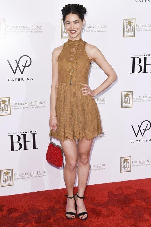 Lilian Bowden con un vestido camel con encaje y un bolso rojo en la gala Cambia Vidas en Los Ángeles 2018